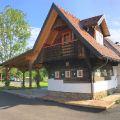 Altes-Bauernhaus mit Großplatten